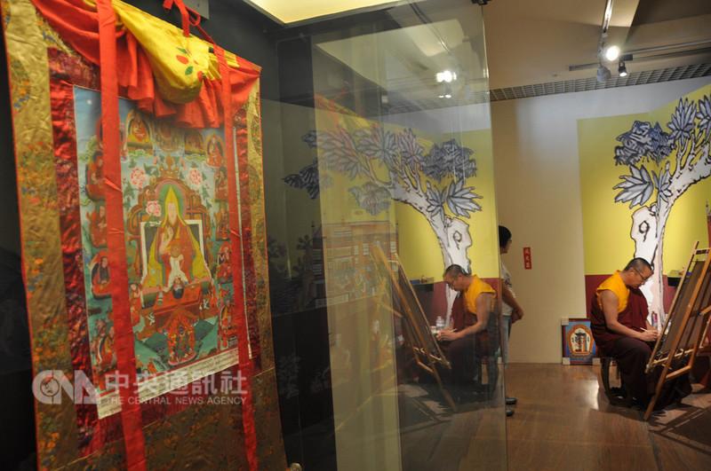 為讓更多人認識西藏文化的深厚底蘊,「西藏醫學唐卡藝術特展」7日起在國立傳統藝術中心展出,現場共展示35幅西藏醫學藝術唐卡珍品。中央社記者沈如峰攝 107年9月7日