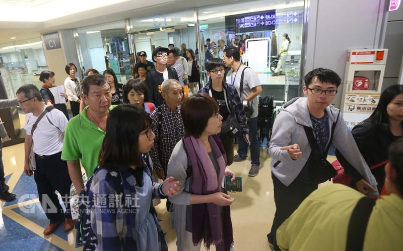 日本北海道強震後,長榮航空7日從函館機場載運近300名旅客,晚間抵達台灣,不少旅客下機後直呼「回家的感覺真好」。中央社記者邱俊欽桃園機場攝 107年9月7日