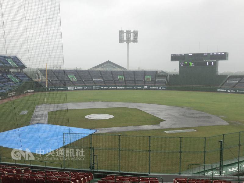 U18亞洲青棒錦標賽8日複賽賽程因雨勢不斷,大會決定取消比賽,中華隊9日直接與南韓隊爭冠。中央社記者謝靜雯攝 107年9月8日