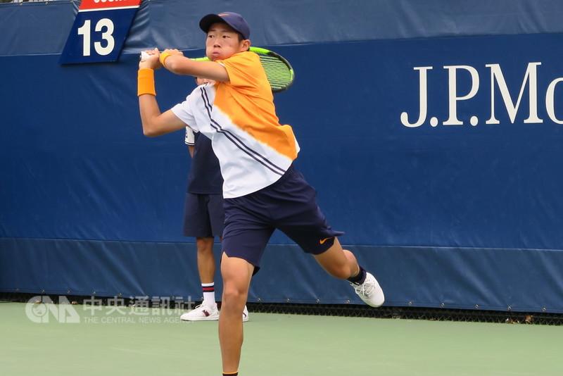 台灣網球小將曾俊欣(圖)7日在美網青少年男單8強賽,克服首盤連掉2個發球局的逆境,以7比6(7比0)、6比2擊敗義大利選手塞皮耶里,挺進4強。中央社記者尹俊傑紐約攝  107年9月8日