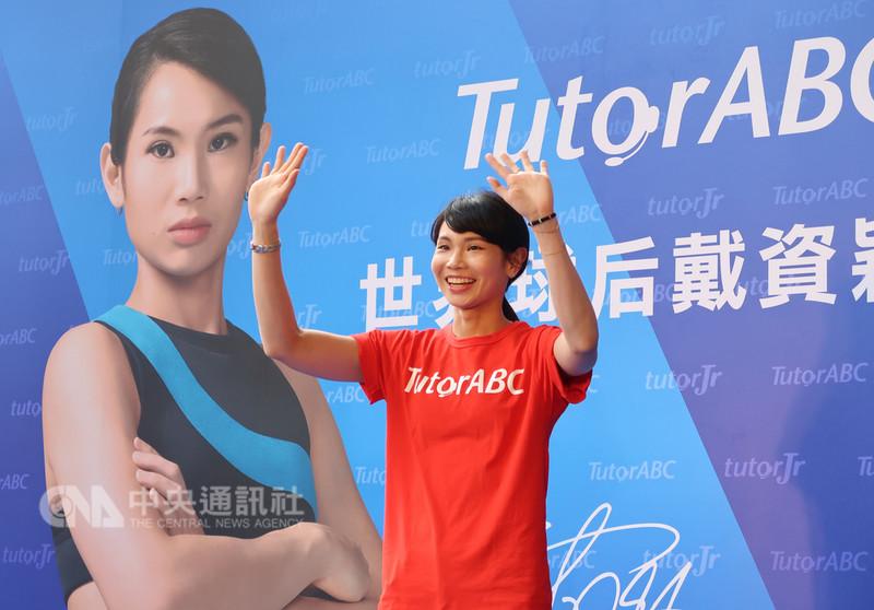 羽球世界球后戴資穎剛在2018雅加達亞運為台灣搶下金牌榮耀,8日她在高雄市出席活動,精神奕奕與粉絲熱情互動。中央社記者王淑芬攝 107年9月8日