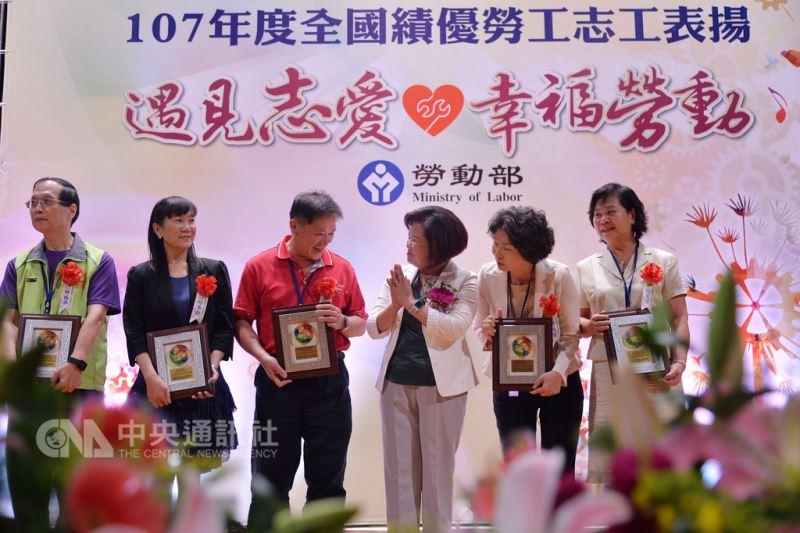 勞動部長許銘春(右3)8日在台北出席107年度全國績優勞工志工表揚頒獎典禮,親自頒獎給獲獎者,表達對他們的肯定與感謝。中央社記者孫仲達攝 107年9月8日
