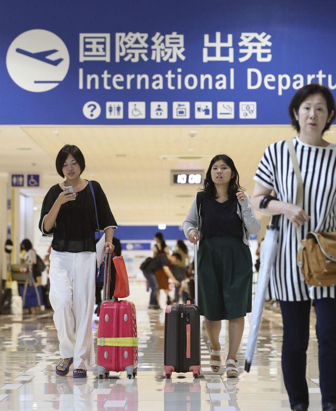 日本關西國際機場4日受到颱風重創封閉,8日已恢復部分國際線航班起降。(共同社提供)