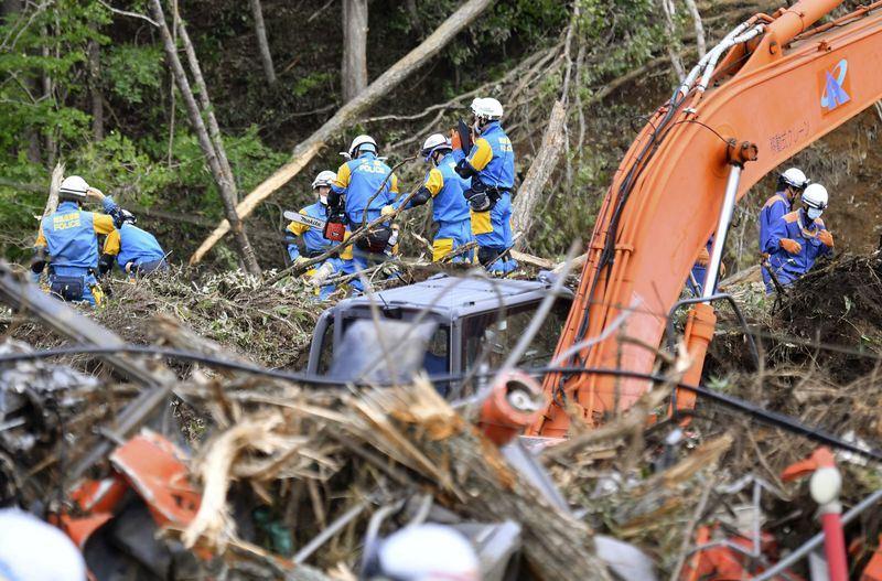 日本北海道強震造成多人死傷及下落不明,日媒報導,8日在重災區厚真町又發現10人無呼吸心跳。圖為搜救人員在厚真町尋找生還者下落。(共同社提供)