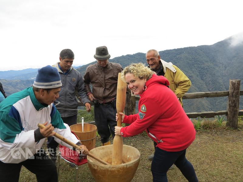 美籍導遊羅雪柔(前右)近年見到許多部落青年返鄉,從事文化保存與觀光推廣工作,讓她深受感動,覺得自己更有使命感,要讓更多外國人看見台灣原住民之美。(羅雪柔提供)中央社記者蘇木春傳真  107年9月9日