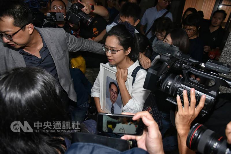 行政院不當黨產處理委員會委員的遺體今天在妻女陪同下於9日凌晨運抵台灣。他的妻子陳以真(中)在一殯受訪時,哽咽說,「楊偉中今天回家了,我們記得很幸福的時光」。中央社  107年9月9日