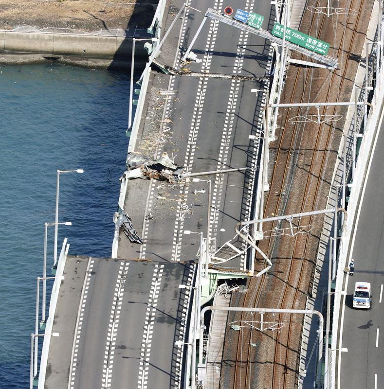 燕子颱風侵襲日本,關西國際機場聯外橋梁和鐵路毀損,僅北側道路能夠通行,提供特定車輛進出。(檔案照片/共同社提供)