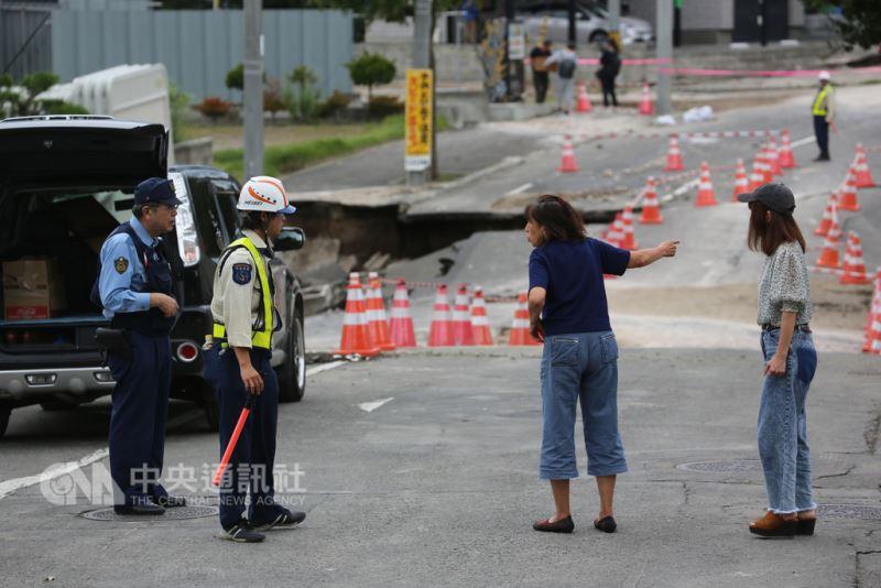 日本北海道6日凌晨觀測到強震,札幌市清田區嚴重土壤液化,居民忙著處理。中央社記者楊明珠札幌攝 107年9月9日