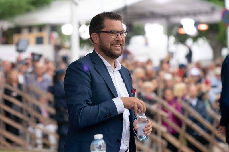 極右派瑞典民主黨領袖奧克松具有領袖魅力,藉由努力根除所屬政黨內的新納粹勢力,成功吸引主流選民。(圖取自Jimmie Akesson臉書粉絲專頁www.facebook.com/jimmieakesson)