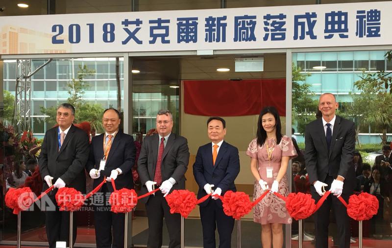 全球封測大廠艾克爾在台灣桃園龍潭新廠10日落成,艾克爾全球執行長凱利(Steve Kelley)(左3)和台灣艾克爾總經理馬光華(左)等貴賓出席。馬光華預估,新廠加入可增加台灣艾克爾10%業績。中央社記者鍾榮峰攝 107年9月10日