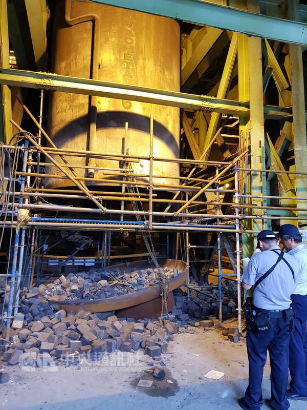中鋼公司10日發生工安意外,廠區一座真空透氣儲槽耐火磚進行檢修作業,3名工人吊掛耐火磚時,遭掉落的耐火磚砸中,造成1死2傷。(警方提供)中央社記者程啟峰高雄傳真 107年9月10日