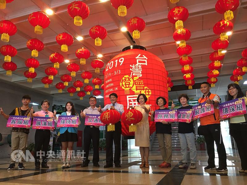 2019年台灣燈會將在屏東舉行,屏東縣長潘孟安(左5)10日召開記者會公開召募志工,縣府也在大廳布置一座高2公尺的巨型燈籠及100顆小燈籠,迎接明年台灣燈會。中央社記者郭芷瑄攝 107年9月10日
