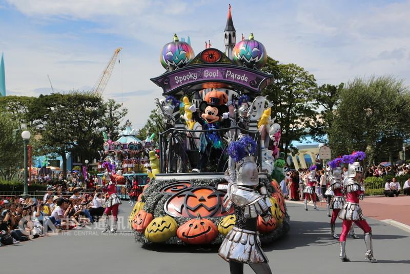 東京迪士尼11日起舉行為期51天的萬聖節活動,今年首度推出新的遊行表演「Boo!幽靈怪誕大遊行」。中央社記者楊明珠東京攝 107年9月10日