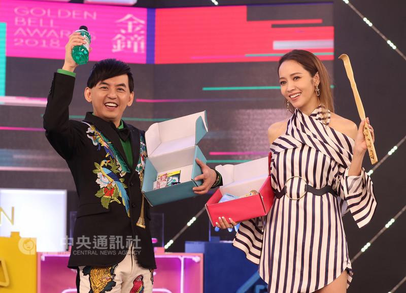 第53屆電視金鐘獎11日在台北公布主持人,由藝人黃子佼(左)與侯佩岑(右)搭檔主持,兩人拿著對方致贈的禮物合影。中央社記者張皓安攝 107年9月11日