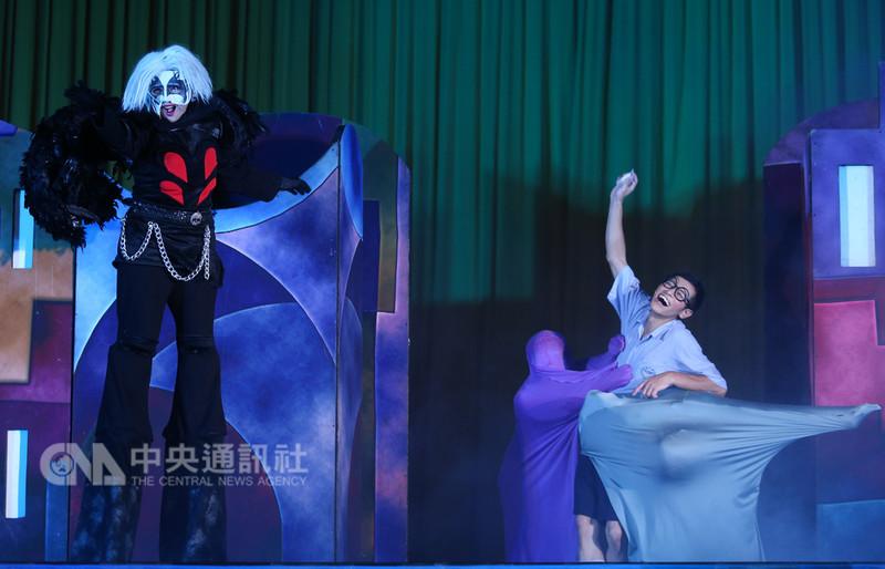紙風車青少年反毒戲劇工程11日在台北市弘道國中舉行,透過戲劇多元演出方式,向同學們傳達反毒觀念,不要因一時好奇而陷入毒品危害。中央社記者謝佳璋攝 107年9月11日