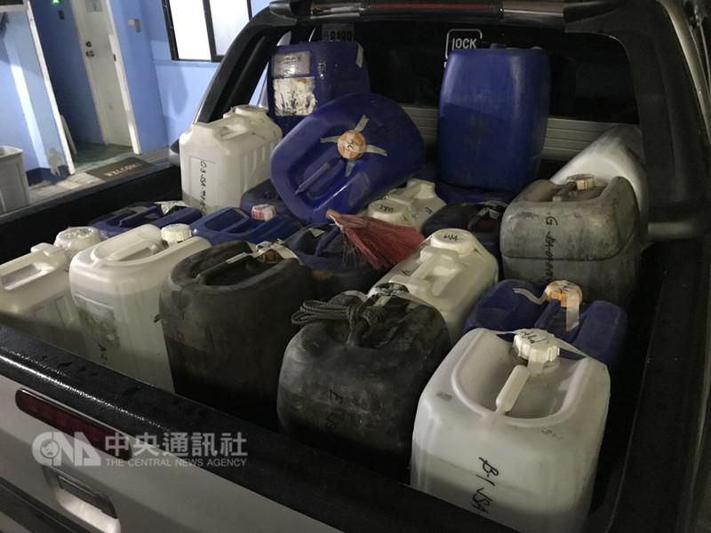 菲律賓警署緝毒大隊根據法務部調查局的情資,在奎松省茵芬達鎮漁村破獲毒品及原料走私,逮捕3名台籍嫌犯。圖為警方在漁船上搜出的可疑化學物品。(菲國警方提供)中央社記者林行健馬尼拉傳真 107年9月11日