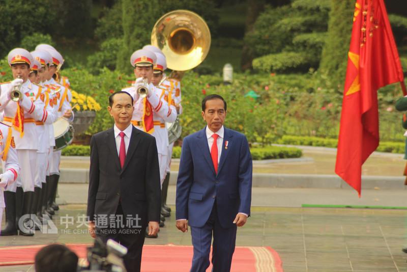 印尼總統佐科威11日下午在河內市與越南國家主席陳大光會談,雙方討論兩國關係與南海問題並達成若干共識。圖為陳大光主持迎接佐科威到訪儀式。中央社河內攝 107年9月11日