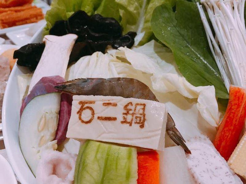 中國餐飲品牌競爭激烈,導致王品中國業績成長疲軟,去年10月起「石二鍋」、「LAMU慕」、「三哇造面」相繼熄燈。(圖取自石二鍋臉書 www.facebook.com/12sabu.co)