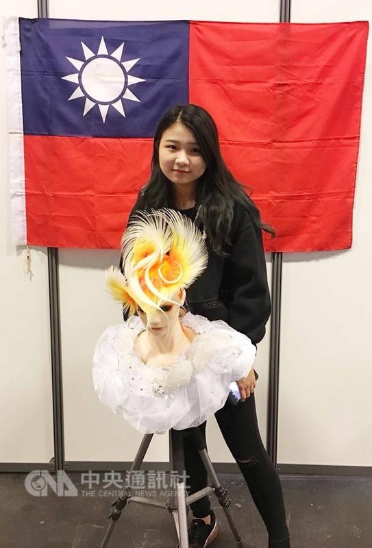 台南應用科技大學美容造型設計系學生賴姿儀首度參加美髮美容世界盃,兩個多月內,日日練習到深夜,於青年組女子技術項目獲得第5名。(賴姿儀提供)中央社記者曾依璇巴黎傳真  107年9月12日