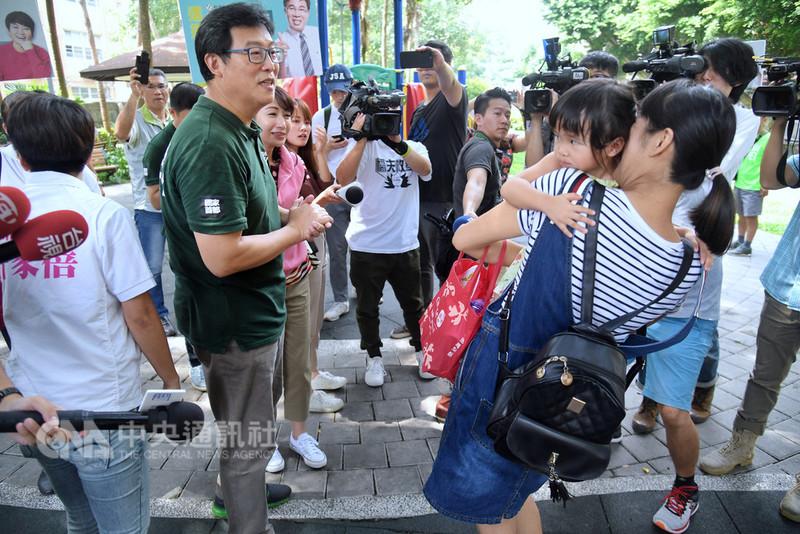 民進黨台北市長參選人姚文智(前左2)12日前往台北市新東街拜票,在附近公園向年輕媽媽宣傳「第二胎國家養」政策。中央社記者王飛華攝  107年9月12日