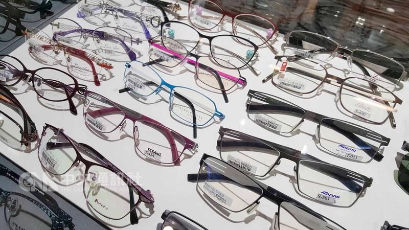 許多白內障患者期待術後可不戴眼鏡。但專家說,要擺脫眼鏡,必須先評估患者有沒有散光、近視等其他視力問題,否則仍須眼鏡輔助。中央社記者陳偉婷攝  107年9月12日