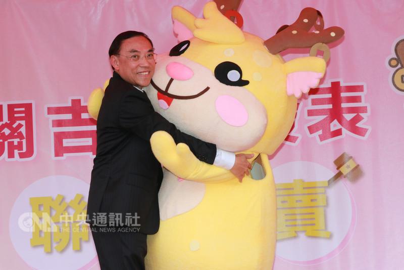 法務部行政執行署吉祥物「拍寶」(右)12日首度公開亮相,拍寶以台灣梅花鹿為主要意象設計,並與法務部長蔡清祥(左)大玩親親抱抱。中央社記者蕭博文攝 107年9月12日