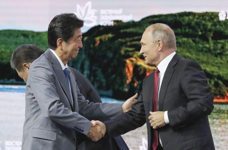日本首相安倍晉三(前左)與俄羅斯總統蒲亭12日出席第4屆「東方經濟論壇」。(共同社提供)