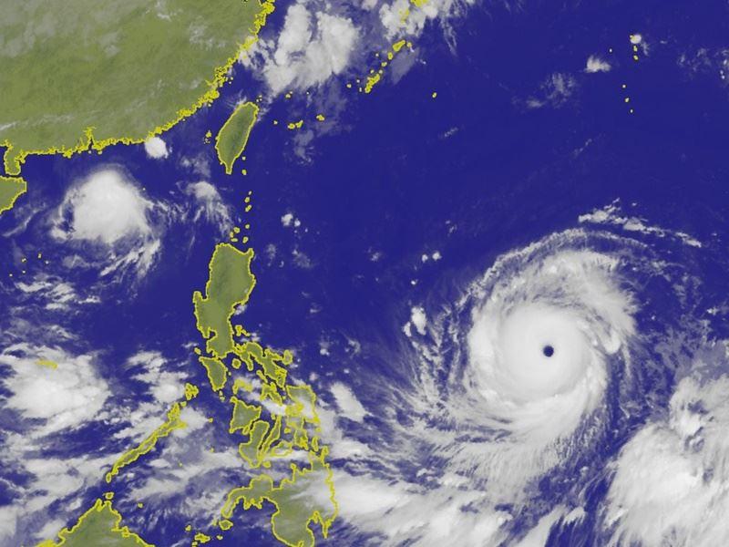 強烈颱風山竹12日凌晨位在鵝鑾鼻東南東方海面,颱風眼清晰可見。(圖取自氣象局網頁www.cwb.gov.tw)