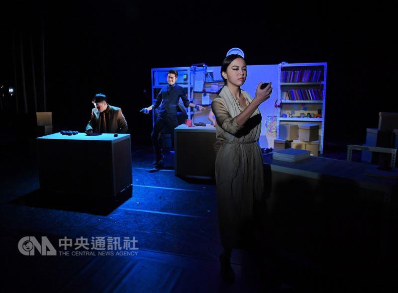 耳東劇團14日起至16日將在台北華山文創園區烏梅劇院 推出新劇「船到橋頭自然捲」,13日下午舉行彩排記者 會,披露部分精彩內容。 中央社記者王飛華攝 107年9月13日