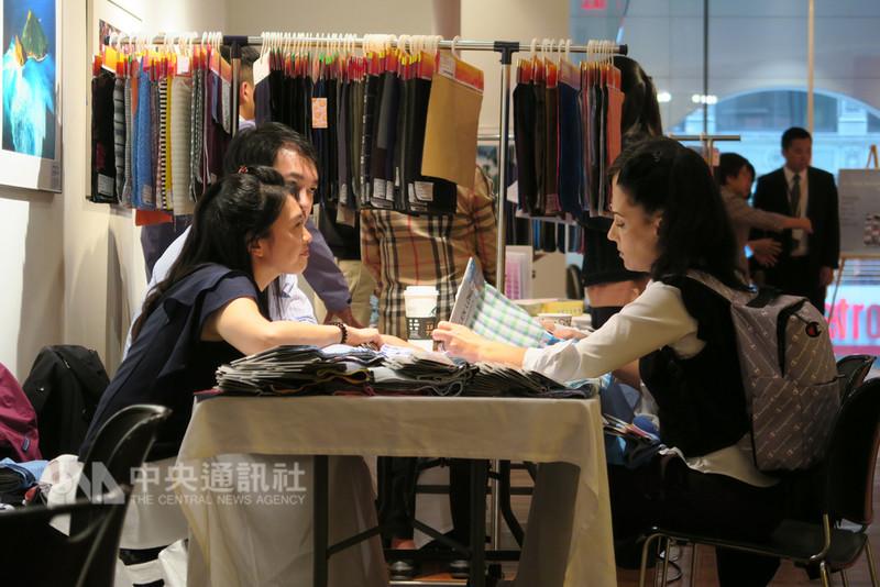 台灣6家紡織業者參加紡拓會流行性紡織品美國拓銷團,在紐約時裝週舉行之際,接洽當地客戶,並利用駐紐約辦事處場地展示最新產品,與潛在買主洽談。中央社記者尹俊傑紐約攝  107年9月13日