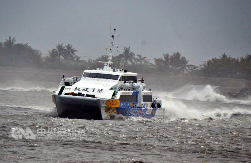 受到強烈颱風山竹影響,台東客輪業者公告,13日中午過後至15日,3天往返台東綠島、蘭嶼船班取消。(檔案照片)中央社記者盧太城台東攝  107年9月13日