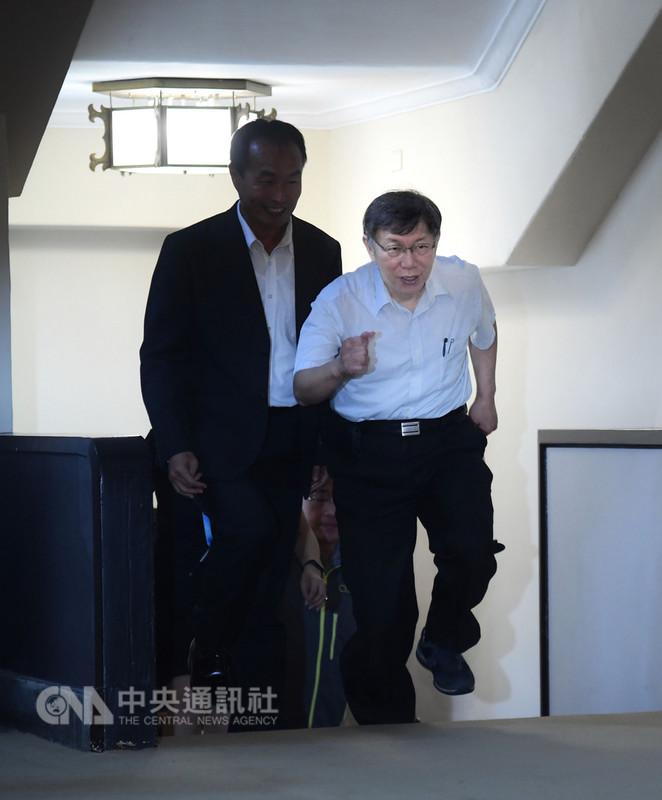 台北市長柯文哲(右)13日上午出席台北市107年運動有功團體及人員表揚典禮,小跑步進入會場。中央社記者王飛華攝 107年9月13日
