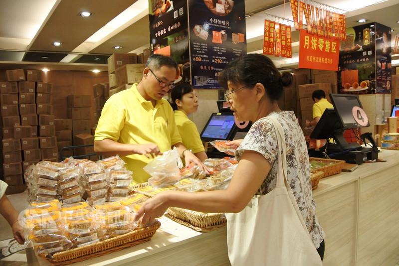 距離中秋節還有兩週,上海知名老店杏花樓內民眾在選購散裝月餅。有業者觀察,消費者精打細算,便宜的散裝月餅受歡迎。(資料照片)中央社記者張淑伶上海攝  107年9月13日