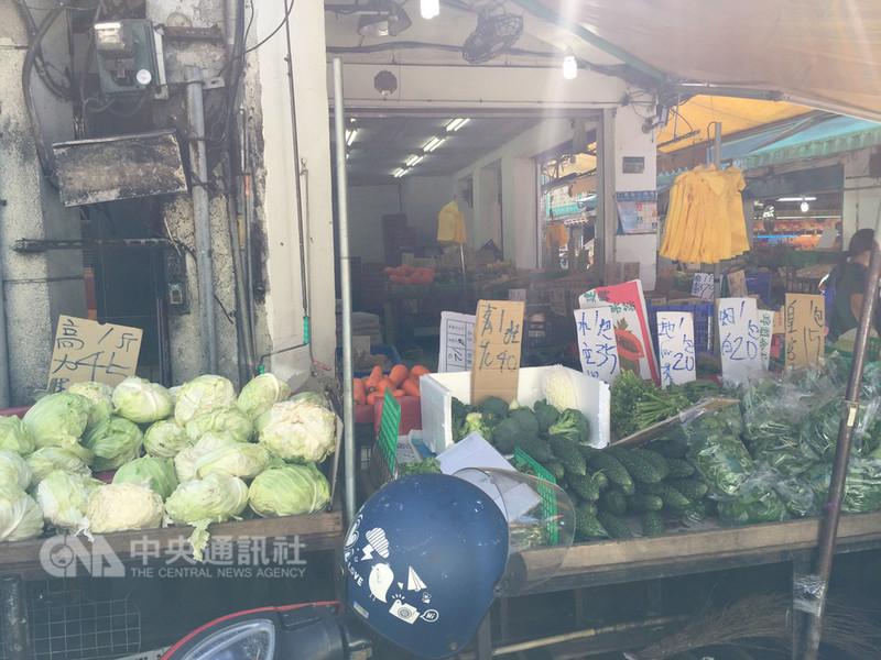 台北果菜批發市場13日整體蔬菜交易均價已明顯回跌,不過傳統市場菜價尚未反映,高麗菜每台斤新台幣45元,葉菜仍要20到40元不等。中央社記者楊淑閔攝 107年9月13日