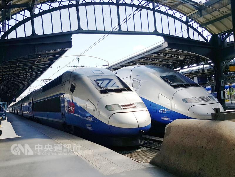 法國國家鐵路公司(SNCF)表示,他們計畫在2023年底前在主要幹線引入原型無人列車供客、貨運,並在之後幾年將無人列車納入表定服務。圖為巴黎東站月台的法鐵班車。中央社陳亦偉攝  107年9月13日