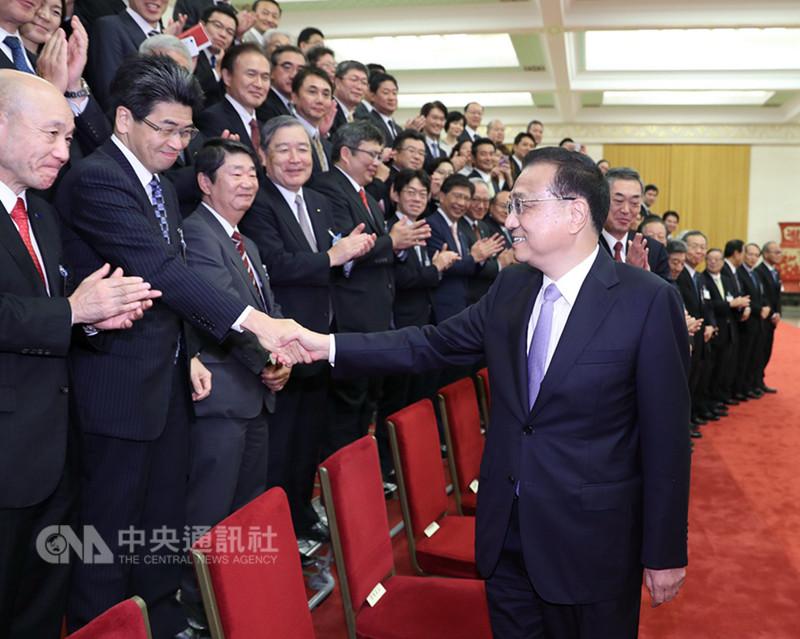 中國總理李克強12日下午在人民大會堂會見日本經濟界代表團時表示,中日都是世界主要經濟體,有責任共同發出反對單邊主義和保護主義、維護多邊主義和自由貿易的聲音。(取自中國政府網)中央社 107年9月13日