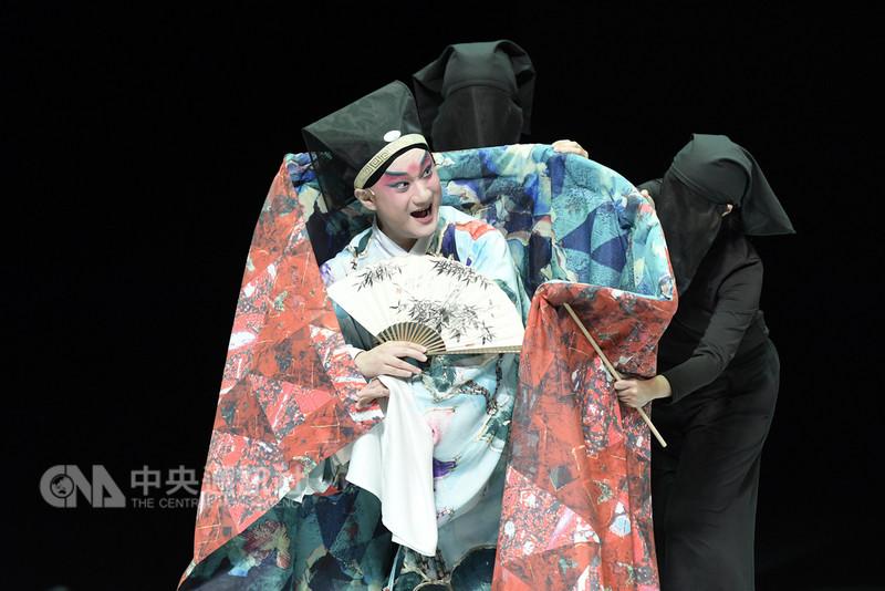 台灣國光劇團與日本橫濱能樂堂共同製作的新編「繡襦夢」,演出採3段式呈現,讓觀眾循序漸進、細細體會崑曲與日本舞踊各自的藝術內涵與跨界結合的高難度。(傳藝中心提供)中央社記者汪宜儒傳真 107年9月13日
