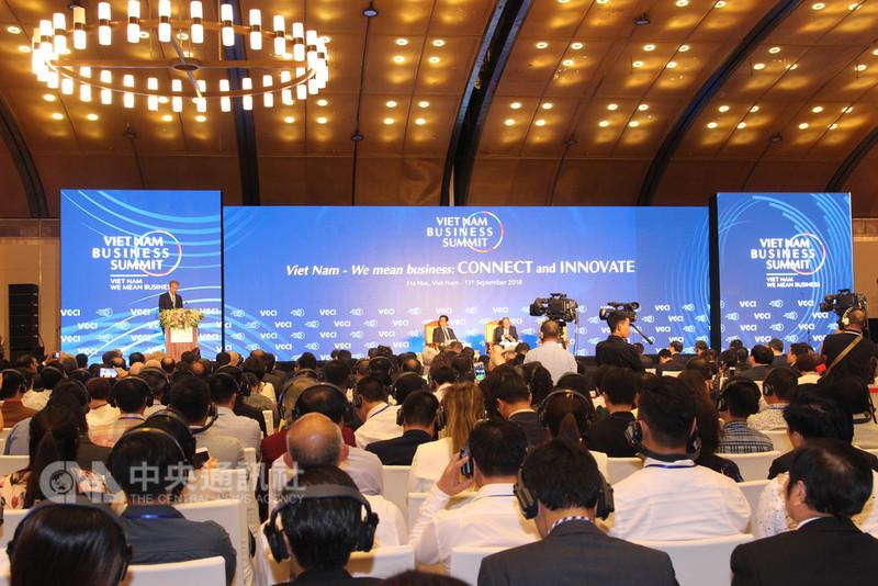 越南經商峰會13日在河內市舉行,越南總理阮春福、越南商工總會(VCCI)主席武進祿(Vu Tien Loc)、世界經濟論壇執行董事布倫德(Borge Brende)與國內外業者等1000名代表與會。中央社河內攝 107年9月13日
