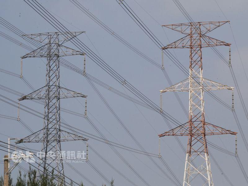 雙北及桃園地區13日凌晨多處發生跳電,台電表示,跳電原因是桃園地區一家特高壓用戶設備故障。圖僅為示意。(中央社檔案照片)