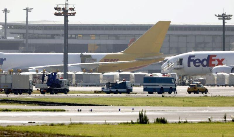 日本成田機場13日凌晨發現疑似未爆彈,造成一條跑道封閉近3小時。(共同社提供)