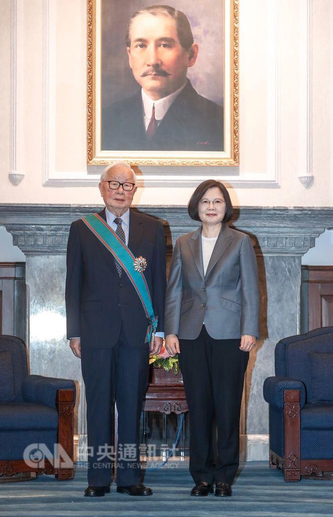總統蔡英文(右)14日在總統府,頒授台灣積體電路製 造股份有限公司創辦人張忠謀(左)「一等卿雲勳章」 。 中央社記者裴禛攝 107年9月14日