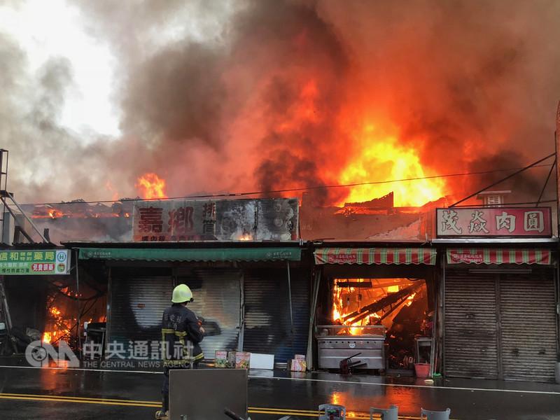 苗栗縣苑裡鎮公有市場連棟鐵皮建築14日清晨發生大火,包含多家老字號小吃店在內約30餘間店面、300坪面積全都陷入火海,所幸暫無發現人員傷亡。中央社記者管瑞平攝 107年9月14日