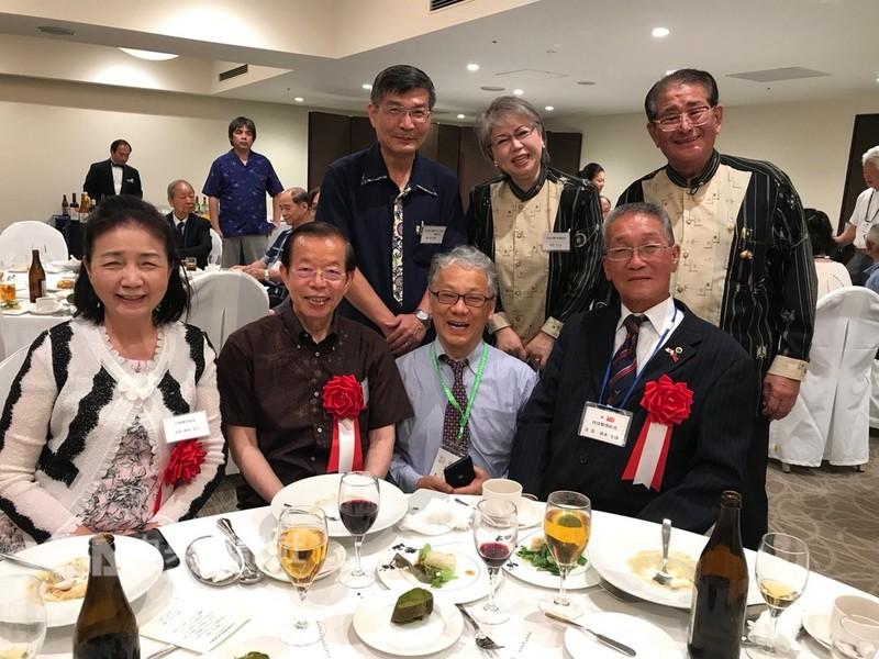 駐日代表謝長廷(前排左2)與蘇啓誠(後排左)6月24日參與旅居沖繩華僑晚宴。(資料照片)中央社記者楊明珠攝 107年9月14日