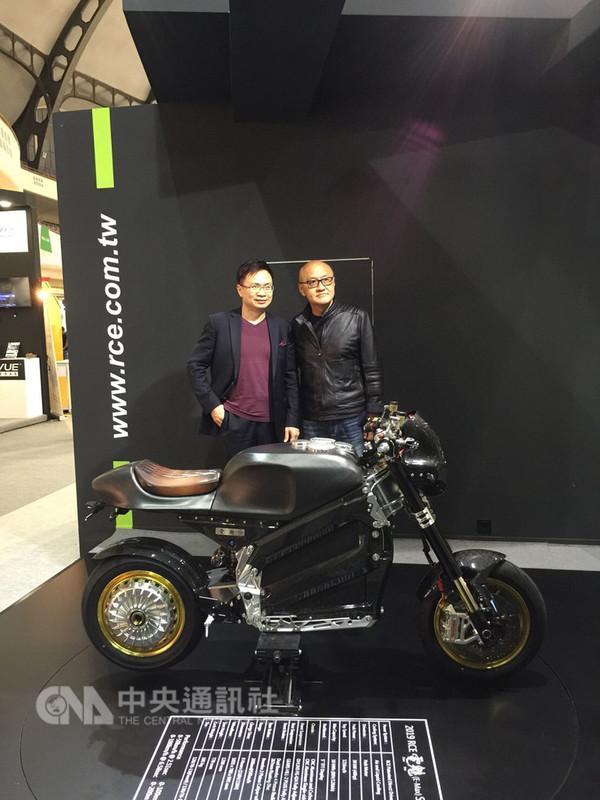 貿協董事長黃志芳參觀國內業者低碳動能公司於法蘭克福汽配展展出的全球第一台電動重型機車。(外貿協會提供)中央社記者潘姿羽傳真 107年9月14日