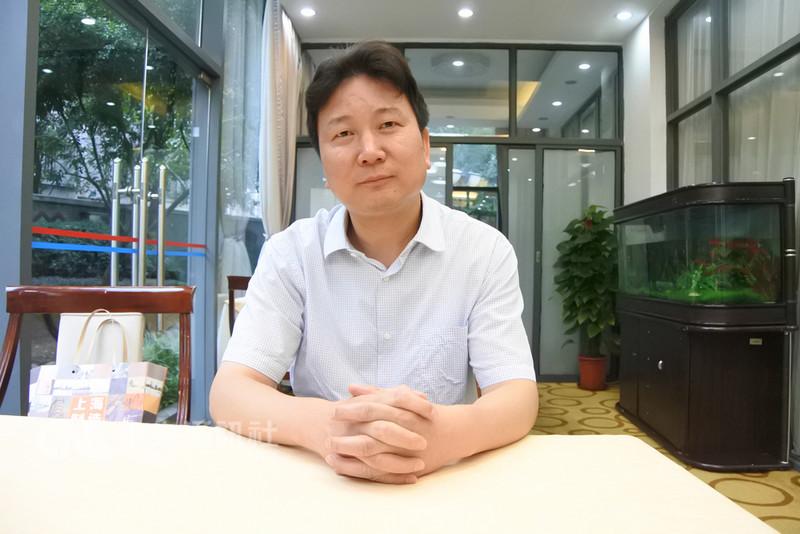上海農之夢服務社理事長李經中致力於幫助外地到上海工作、生活的人融入上海。他認為這樣可以減少誤會,幫助他們在上海的生活更得心應手。中央社記者張淑伶上海攝 107年9月14日