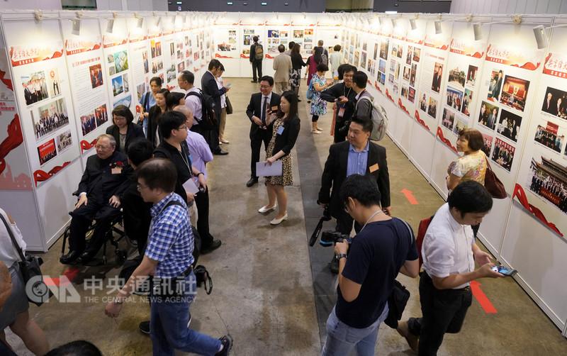 一篇指稱私營經濟應逐漸離場的文章最近攪亂中國輿論場,導致中共官媒也不得不發文批駁。有分析說,這真實反映了當下中國脆弱的社會心理。圖為在香港會展中心的紀念改革開放40週年圖片展。(中新社提供)中央社 107年9月14日