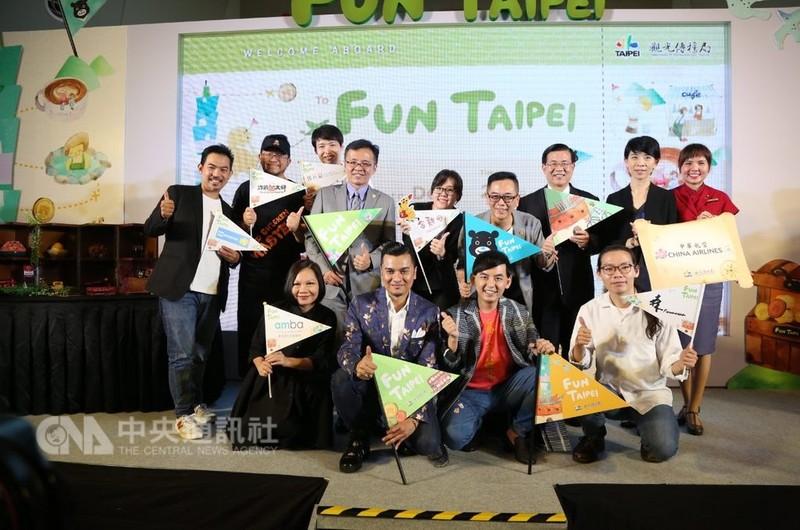 台北市政府觀光傳播局14日在吉隆坡舉辦產品發表會,邀請黃子佼與馬來西亞名廚法斯力合唱改編版馬來民謠,讓民眾認識台北的好玩事物。中央社記者郭朝河吉隆坡攝 107年9月14日