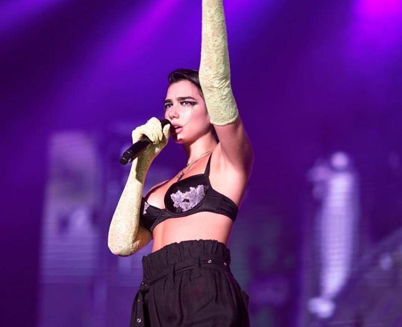 英國歌手杜娃黎波12日晚上在上海舉行演唱會,有歌迷站起來聽歌,立刻被保安人員強行拖出場。(圖取自杜娃黎波臉書www.facebook.com)