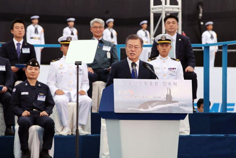南韓總統文在寅(前)14日出席首艘能發射飛彈的攻擊潛艦下水典禮。(韓聯社提供)