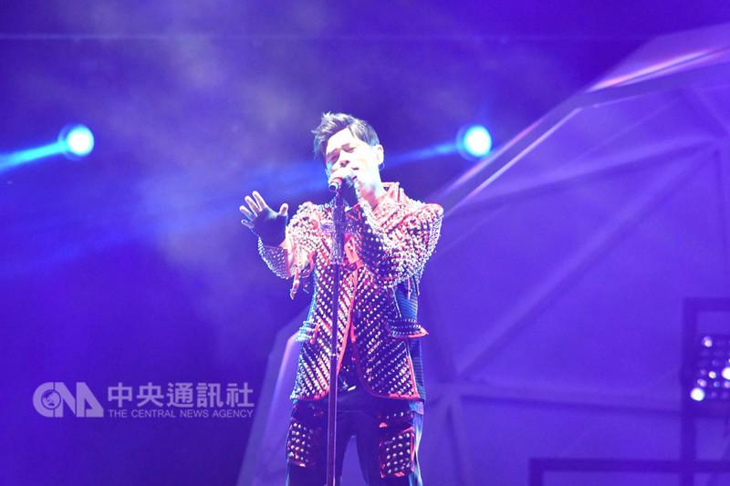 一級方程式(F1)賽車新航新加坡大獎賽,台灣歌手周杰倫14日晚間應邀飆唱,讓新加坡賽車迷超驚豔,不僅感受F1的速度感,更享受有如天籟的好聲音。中央社記者黃自強新加坡攝 107年9月14日